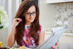 Mulher que lê um jornal imagem de stock royalty free