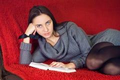 Mulher que lê um livro Foto de Stock Royalty Free