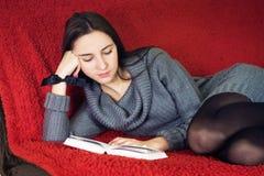Mulher que lê um livro Fotos de Stock Royalty Free