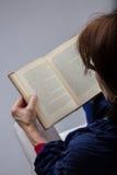 Mulher que lê um livro Fotos de Stock