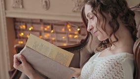 Mulher que lê um livro video estoque