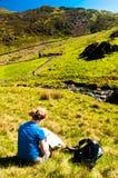 Mulher que lê um mapa Fotografia de Stock