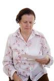 Mulher que lê um papel Foto de Stock