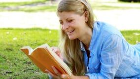 Mulher que lê uma novela video estoque