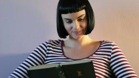 Mulher que lê uma novela na sala de visitas 4k filme