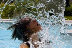 Mulher que lanç o cabelo molhado Fotos de Stock