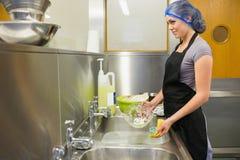 Mulher que lava os pratos fotos de stock royalty free
