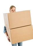 Mulher que leva caixas de cartão empilhadas fotos de stock royalty free