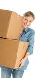 Mulher que leva caixas de cartão empilhadas imagens de stock royalty free