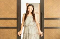 Mulher que levanta com as portas de madeira do boutique fotos de stock