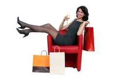Mulher que levanta com sua compra imagens de stock