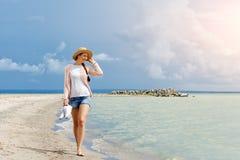 Mulher que levanta contra o mar fotografia de stock royalty free
