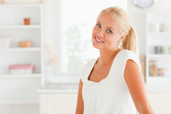 Mulher que levanta em sua cozinha Imagens de Stock