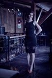 Mulher que levanta em um restaurante na noite Fotografia de Stock