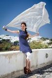 Mulher que levanta na frente marítima da ilha de Santorini Fotografia de Stock