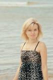 Mulher que levanta na praia Fotos de Stock