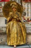 Mulher que levanta na roupa colorida e em uma cara Imagem de Stock