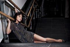 Mulher que levanta nas escadas Fotos de Stock Royalty Free