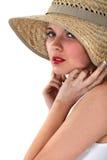 Mulher que levanta no chapéu de palha foto de stock