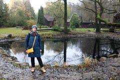 Mulher que levanta no fundo da lagoa imagens de stock royalty free