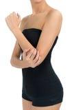 Mulher que levanta o corpo saudável bonito e que faz massagens seu cotovelo na área da dor Fotos de Stock Royalty Free