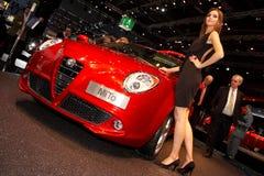 Mulher que levanta perto do carro na mostra de motor 2008 de Paris Imagens de Stock Royalty Free