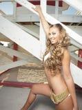 Mulher que levanta por uma cabana do lifeguard Imagens de Stock Royalty Free