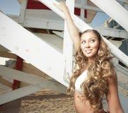 Mulher que levanta por uma cabana do lifeguard Fotos de Stock Royalty Free