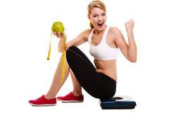 Mulher que levanta seus braços Emagrecimento de dieta bem sucedido Fotografia de Stock Royalty Free
