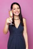 Mulher que levanta um vidro do champanhe foto de stock