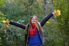 Mulher que levantam-se e aumentos suas mãos Fotos de Stock