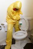 Mulher que limpa o toalete da esteira de Haz Foto de Stock