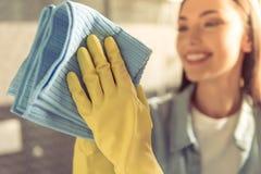 Mulher que limpa seu banheiro imagens de stock