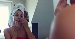 Mulher que limpa seus dentes com o fio dental video estoque