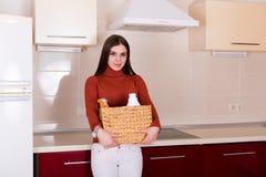 Mulher que limpa sua cozinha Fotos de Stock Royalty Free