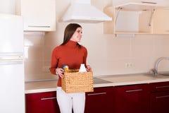 Mulher que limpa sua cozinha Foto de Stock