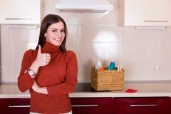 Mulher que limpa sua cozinha Imagens de Stock