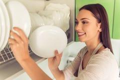 Mulher que limpa sua cozinha foto de stock royalty free