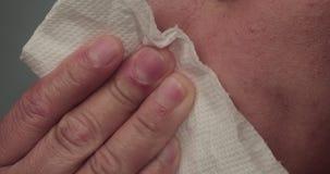 Mulher que manda sopros da reação alérgica cheirar no tecido vídeos de arquivo