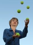 Mulher que manipula com esferas de tênis fotografia de stock