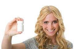 Mulher que mantém comprimidos disponivéis Imagem de Stock Royalty Free