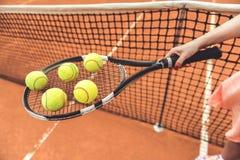 Mulher que mantém o equipamento do tênis para o jogo Imagem de Stock Royalty Free