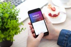 Mulher que mantém o espaço do iPhone 6 cinzento com serviço Instagram Imagem de Stock Royalty Free