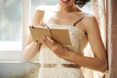 Mulher que mantém o jornal da gratitude imagens de stock royalty free