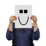 Mulher que mantém o sorriso bonito da bandeira isolado imagem de stock royalty free