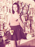 Mulher que mantém a raquete e bolas profissionais Fotos de Stock