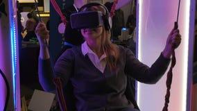 Mulher que mante distraído na VR-atração filme