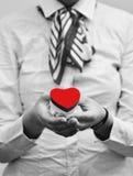 Mulher que mantem o coração vermelho, fim Foto de Stock Royalty Free