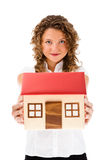 Mulher que mantem o modelo da casa isolado no fundo branco Fotografia de Stock