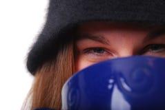 Mulher que mantem-se morna com o copo da sopa ou do café imagens de stock royalty free